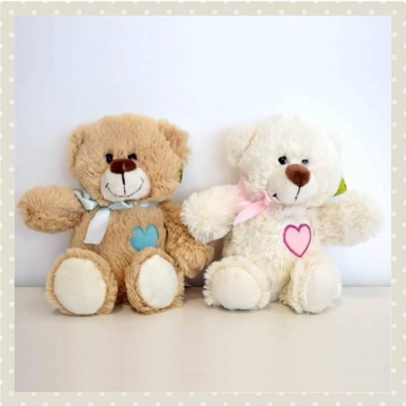 Osito de peluche marrón con corazón rosa o azul mediano